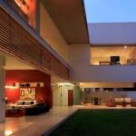 Maison design avec touches de rouge