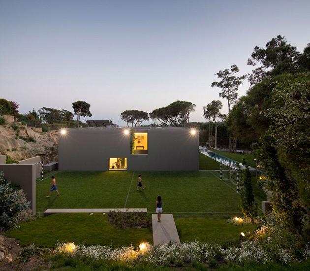 maison contemporaine avec terrain de foot. Black Bedroom Furniture Sets. Home Design Ideas