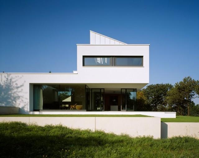 Superbe maison contemporaine blanche vitr e for Maison contemporaine blanche