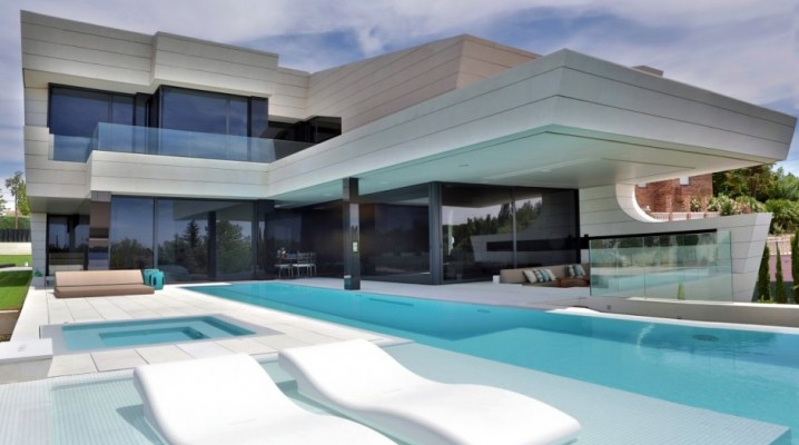Maison design avec piscine d bordement for Villa a construire
