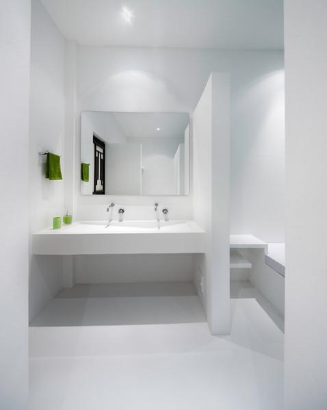 maison contemporaine blanche avec int rieur blanc. Black Bedroom Furniture Sets. Home Design Ideas