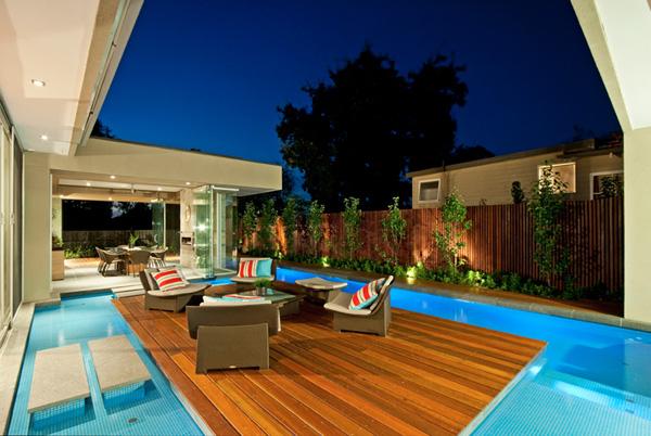 maison contemporaine avec lounge au milieu de la piscine. Black Bedroom Furniture Sets. Home Design Ideas
