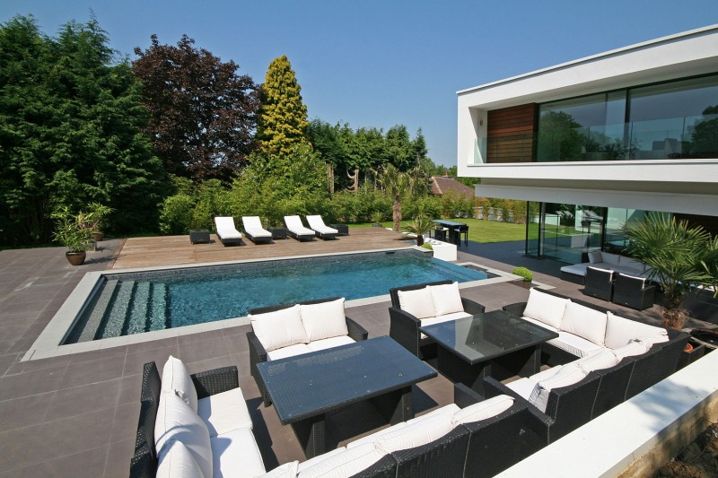 maison contemporaine avec piscine d bordement en angleterre. Black Bedroom Furniture Sets. Home Design Ideas