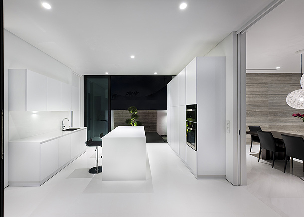 Maison design minimaliste de park associates for Casa minimalista interior blanco