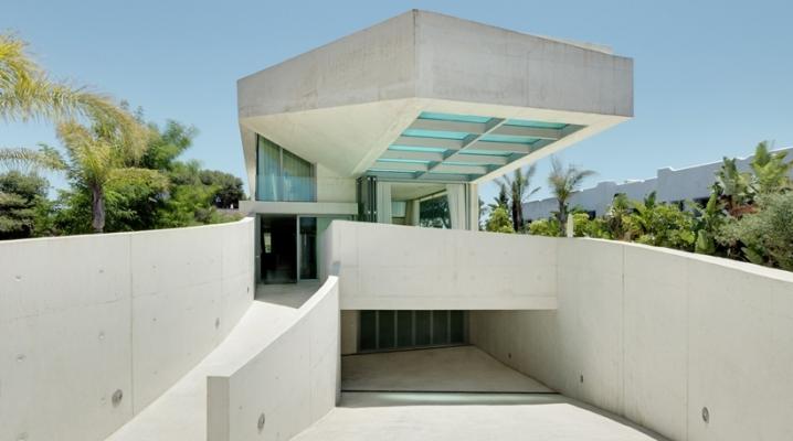 Piscine sur le toit d 39 une maison avec fond transparent for Piscine sur toit garage