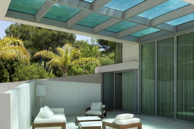 piscine sur le toit d 39 une maison avec fond transparent. Black Bedroom Furniture Sets. Home Design Ideas