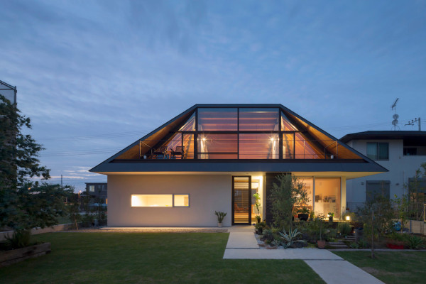 Maison avec un large toit en croupe vitr for Maison toit en verre