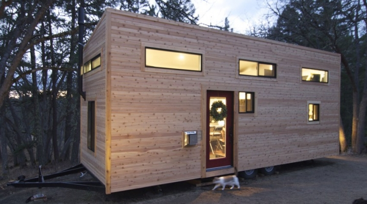 Petite maison contemporaine roulante en bois