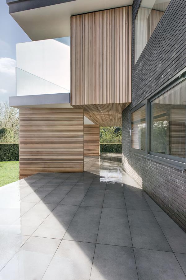 maison contemporaine avec toit terrasse et bardage bois. Black Bedroom Furniture Sets. Home Design Ideas