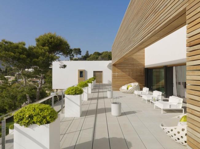 Maison contemporaine blanche avec bardage bois