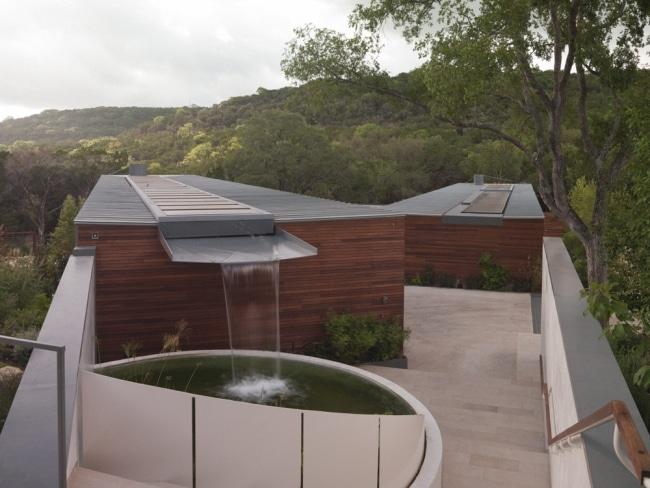 maison cologique avec r cup rateur de pluie sur le toit. Black Bedroom Furniture Sets. Home Design Ideas