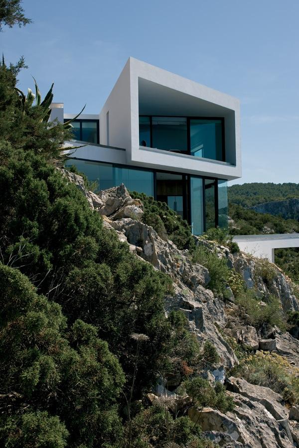 Maison contemporaine blanche et grise de AABE