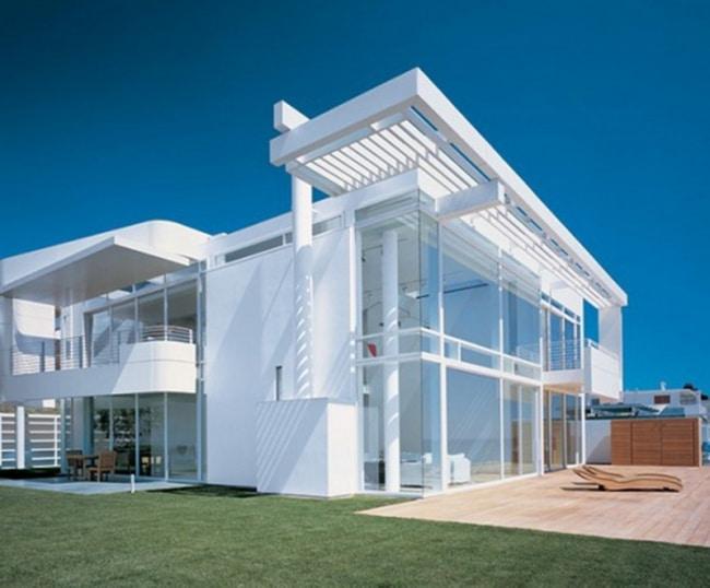 Maison contemporaine blanche avec murs de verre for Maison contemporaine blanche
