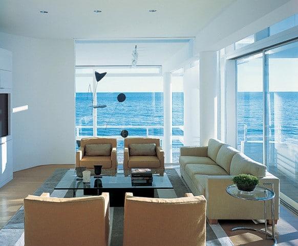 maison contemporaine blanche avec murs de verre. Black Bedroom Furniture Sets. Home Design Ideas