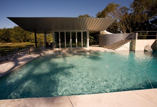 Maison contemporaine avec pool house et piscine minimaliste for Piscine minimaliste