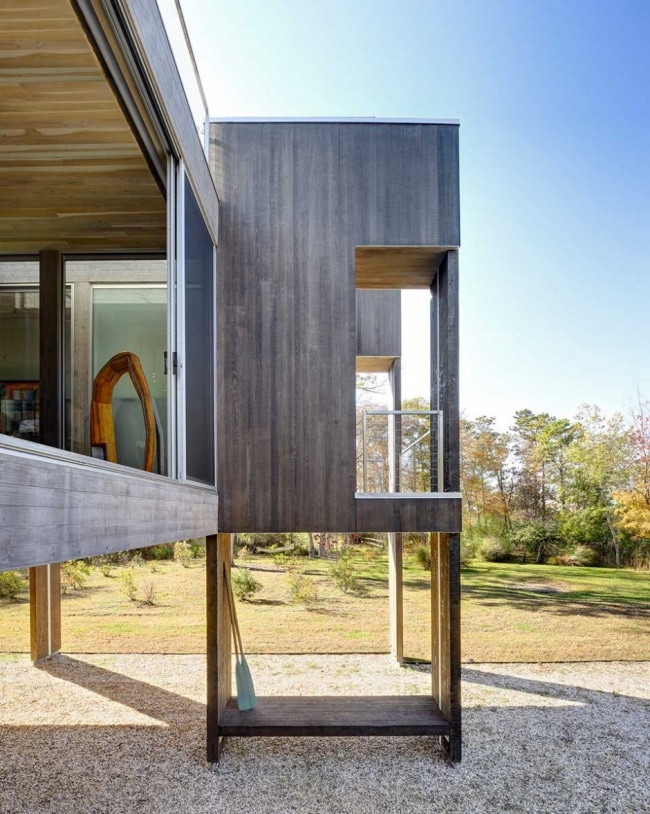 maison contemporaine en bois sur pilotis. Black Bedroom Furniture Sets. Home Design Ideas