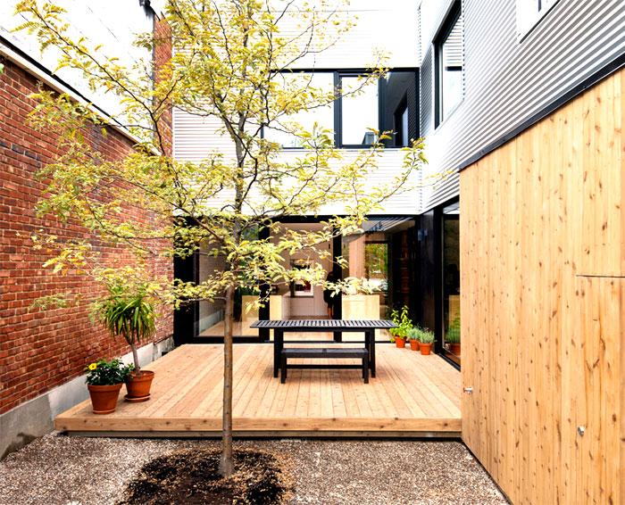 Cour interieure avec terrasse bois for Maison avec cour interieure
