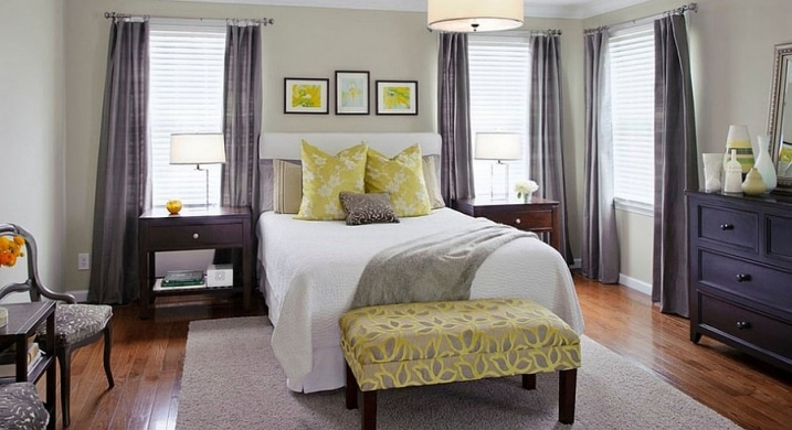 chambre avec rideaux gris et coussins jaunes. Black Bedroom Furniture Sets. Home Design Ideas