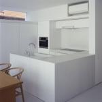 Cuisine minimaliste blanche et bois