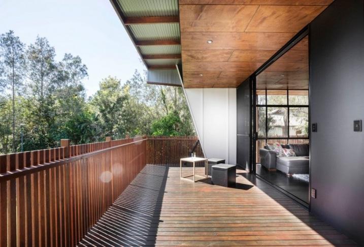 Grand balcon en bois for Assurer une maison en zone inondable