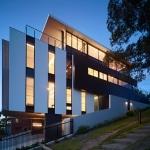 Maison contemporaine avec murs de verre
