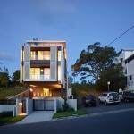 Maison contemporaine sur terrain en pente