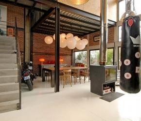 Melange beton acier et bois dans loft