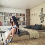 Chambre avec stickers sur le mur