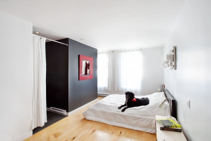 chambre avec du parquet en pin. Black Bedroom Furniture Sets. Home Design Ideas