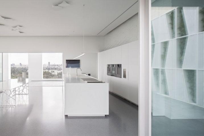 Appartement aux formes g om triques monochromatiques - Cuisine blanche design ...