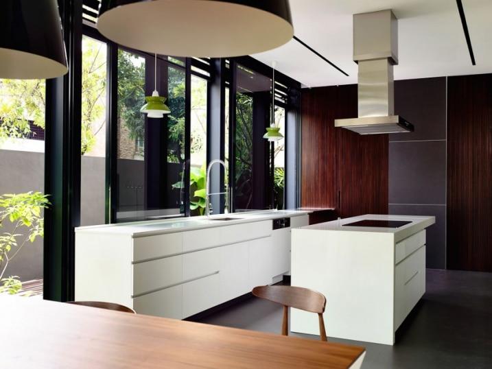 cuisine face un murs de verre. Black Bedroom Furniture Sets. Home Design Ideas