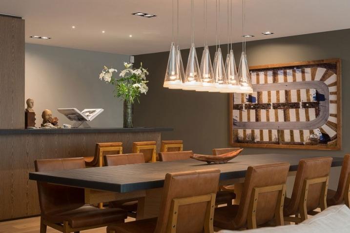 Table en bois avec chaises en cuir for Article decoration interieur