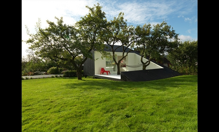Maison de jardin avec terrasse en bois