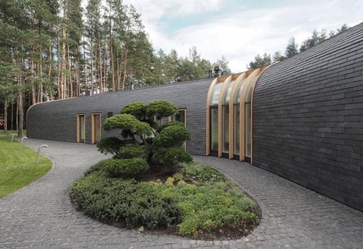 maison contemporaine avec une toiture arrondie en bois. Black Bedroom Furniture Sets. Home Design Ideas