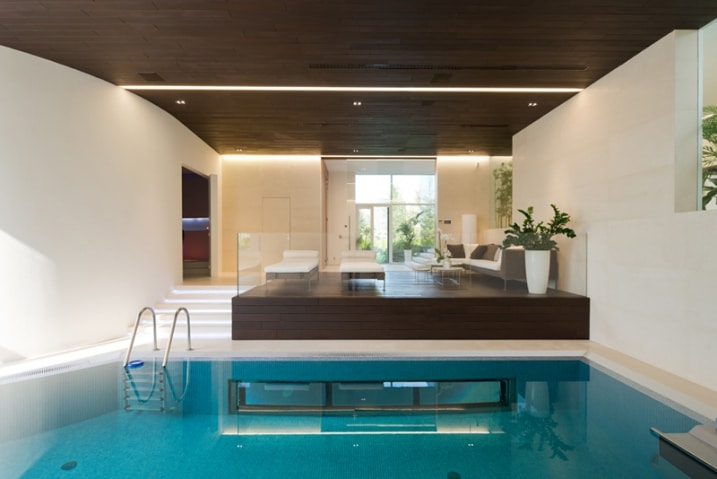 piscine int rieure avec lounge. Black Bedroom Furniture Sets. Home Design Ideas