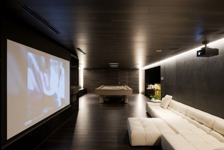 Salle home cinema for Deco maison ultra moderne