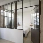 Chambre de Loft avec porte métallique