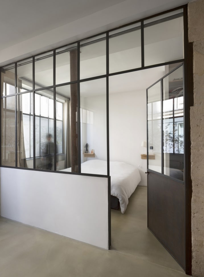 chambre de loft avec porte m tallique. Black Bedroom Furniture Sets. Home Design Ideas