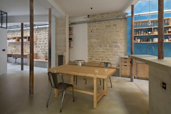Table en bois avec chaise industrielle