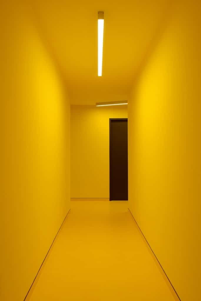 couloir jaune. Black Bedroom Furniture Sets. Home Design Ideas