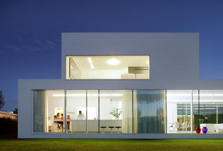 Maison blanche rectangle contemporaine for Maison rectangle contemporaine