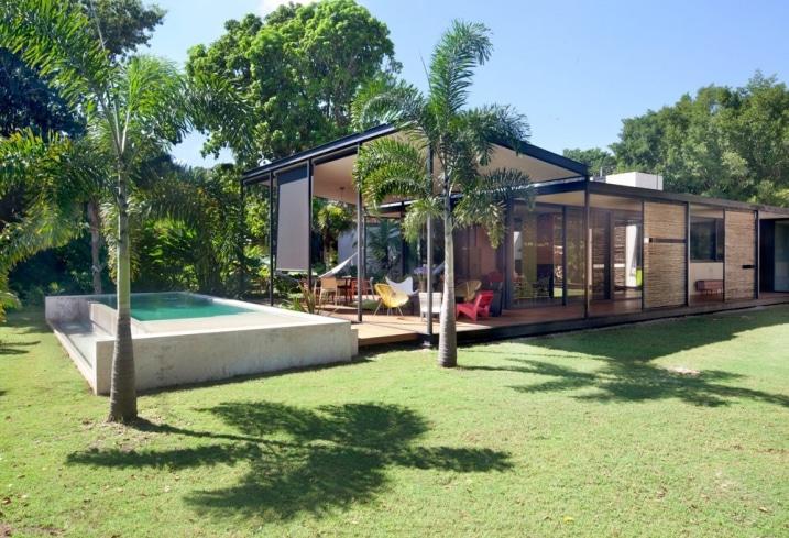 Maison plain pied contemporaine avec grandes baies vitr es for Hauteur d une maison plein pied