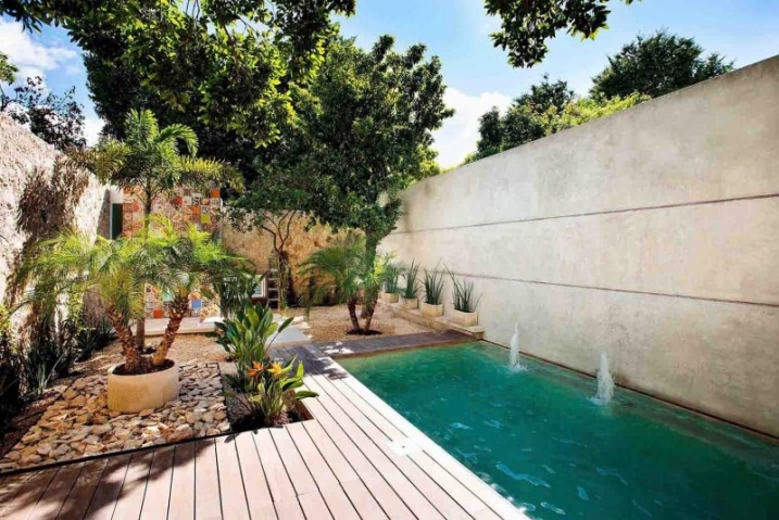 Maison design contemporain avec une d coration mexicaine for Fotos de piscinas en patios pequenos
