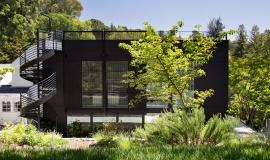 Maison noire avec rooftop