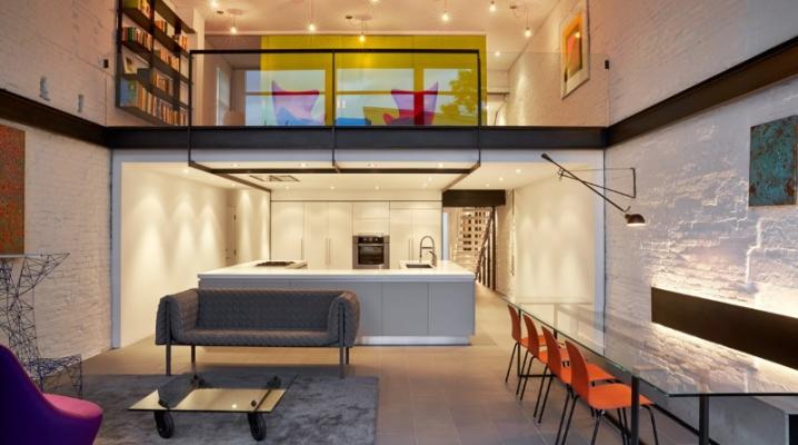 Décoration d\'un intérieur design avec des couleurs vives