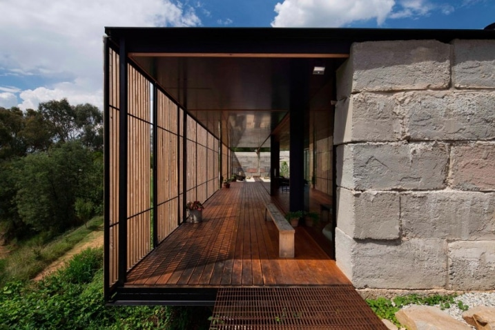 Maison construite avec des blocs de b ton recycl for Maison bloc beton