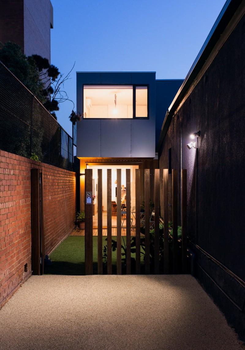 Maison pr fabriqu e passive construite sur un terrain troit for Maison moderne prefabriquee