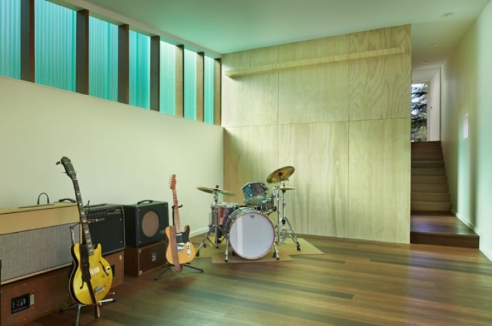 Chalet contemporain avec murs en polycarbonate - Musique dans salle de bain ...