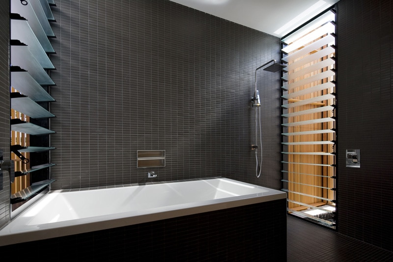 Carrelage mural noir salle de bain for Decorer une salle de bain blanche