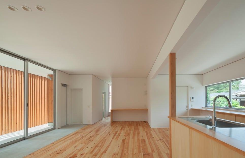Maison minimaliste avec des treillis en bois for Maison cubique minimaliste